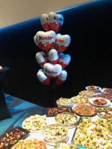 balony-z-helem-przy-stole