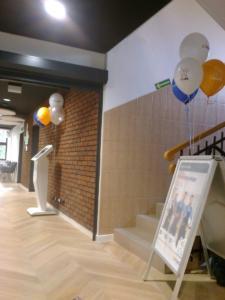 balony-z-helem-wskazują-drogę-klientom-do-punktu-obslugi-w-Krakowie