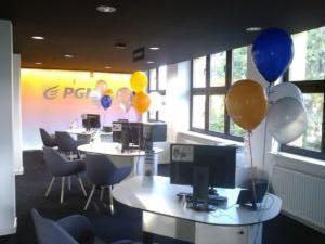 balony-z-helem-z-logo-PGNiG-przy-biurkach