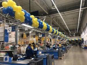 długa-girlanda-balonowa-nad-kasami-dekoracja-dla-klientow-podczas-urodziny-firmy-podkresla-uroczysty-czas-akcentuje-promocje