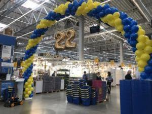 duża-brama-balonowa-przed-wejsciem-do-sklepu-na-hale-sprzedazy-Castorama (1)