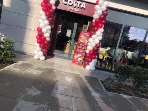 kolumny-balonowe-na-otwarcie-kawiarni-Costa-Coffe-na-Sarmackiej-w-Warszawie