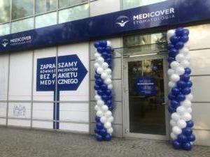 kolumny-z-balonów-jako-dekoracja-na-otwarcie-Medicover-Wrocław