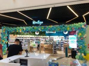 organiczna-dekoracja-balonowa-przed-wejsciem-do-sklepu-w-katowicach