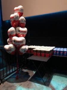 pęk-kiść-balonów-foliowych-serc-z-helem-w-sali-kinowej-katowickiego-kina-Helios-balony-foliowe-z-nadrukiem